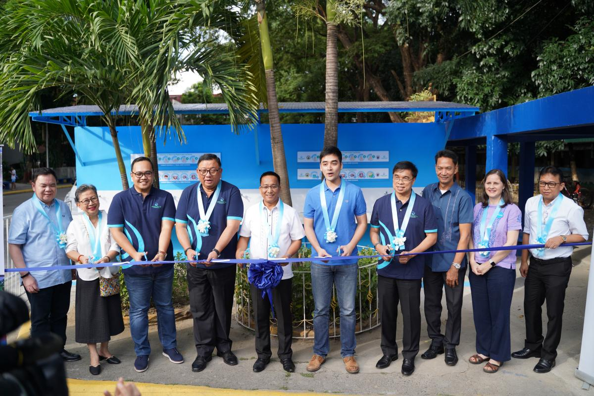 MWC President and CEO Rene Almendras (4th from Left), Hon. Vico Sotto (5th from Right) and key stakeholders inaugurate a ten-faucet hygiene facility in Rizal High School to kick off the celebration of the annual World Toilet Day every November 19.