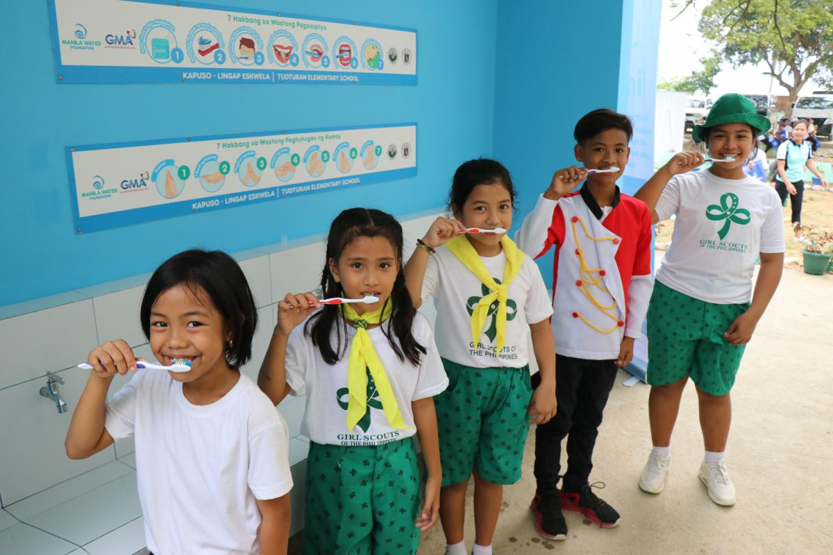 Students from Tudturan Elementary School in Infanta, Quezon enjoy the new handwashing facility donated by MWF under its Lingap program