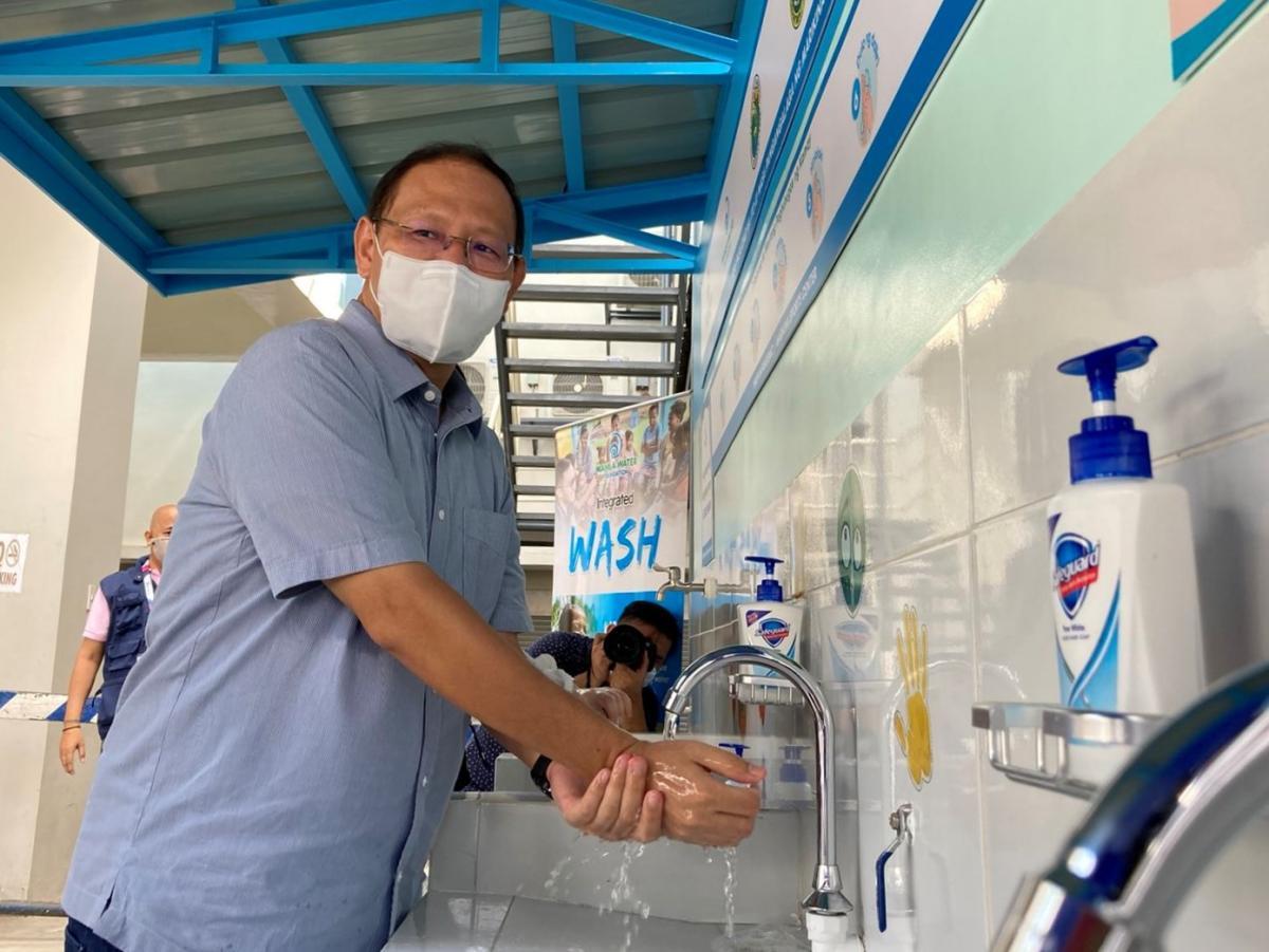 Mayor Marcy Teodoro commended the design of the handwashing facilities, saying that it is hygienic and functional with its well-planned design.